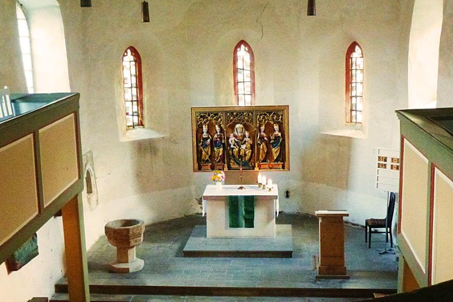 """Welchen Rahmen wünschen Sie sich für Ihre Trauung? In Erfurt Linderbach können Sie kirchlich mit Orgelmusik in der Kirche """"St. Mariä - unser lieber Frauen"""" heiraten oder Ihr """"Ja-Wort"""" mit einer besinnlichen Andacht feiern. Die Kirche romanischen Ursprungs ist nur wenige Schritte vom Hotel LinderHof entfernt. Sie bietet 120 Plätze."""
