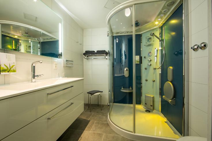 Badezimmer Dusche gelb beleuchtet