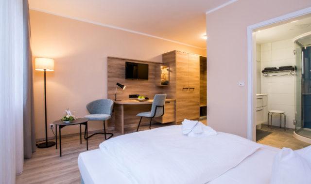 Neues Hotelzimmer mit Schreibtisch