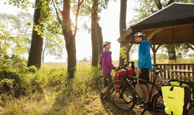 Radfahrer im Wald bei Rast