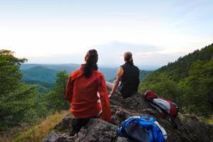 Wanderer rasten Blick über Thüringer Wald